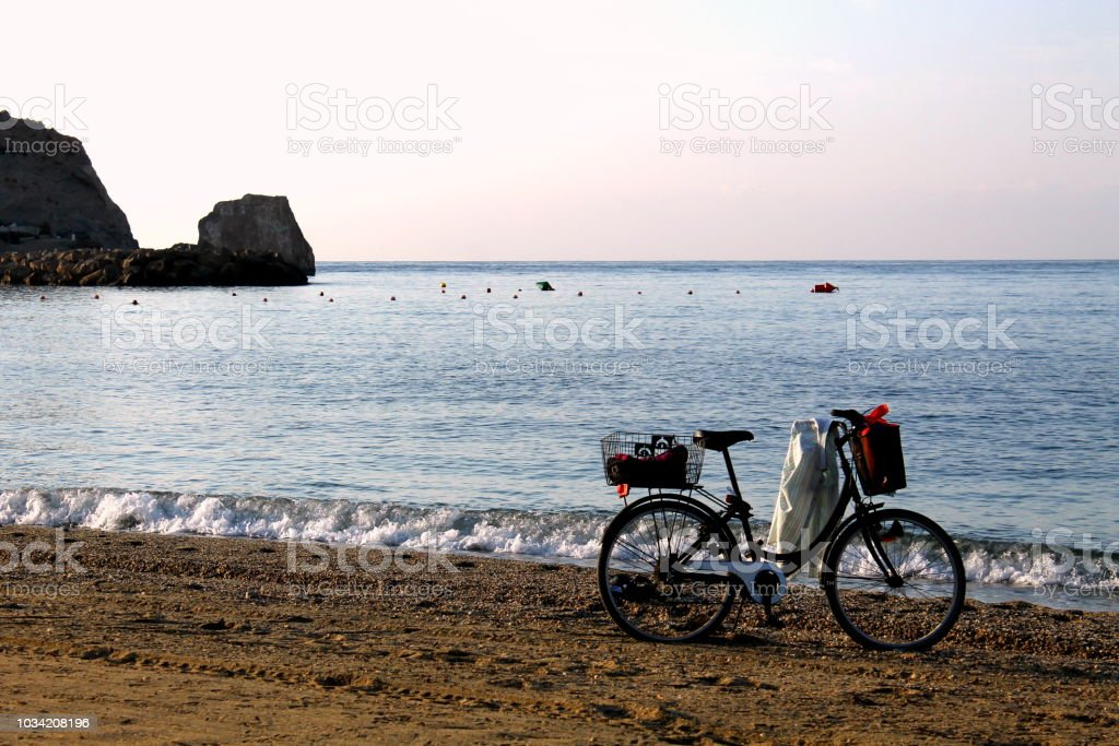 Bicicleta solitaria en la playa stock photo