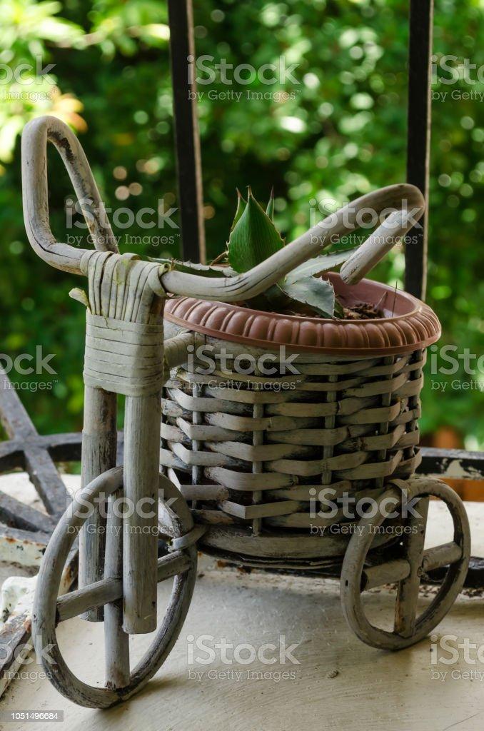 bicicleta y macetero de mimbre stock photo