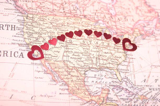 bicoastal coast-to-coast-american romantik herzen auf karte - romantische karten stock-fotos und bilder