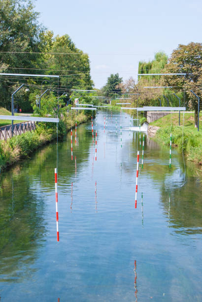 zweifarbige einsätze der route für kanu auf dem fluss - doppelstabmatten stock-fotos und bilder