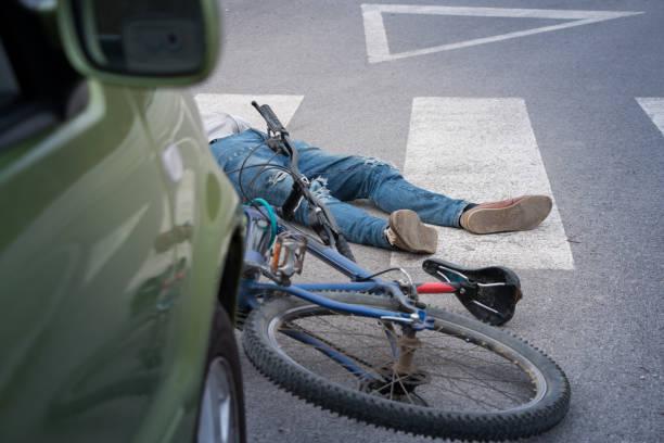 fahrrad-unfall  - fußgänger stock-fotos und bilder
