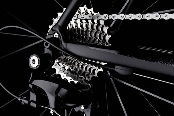 fahrrad fahrrad schaltwerk gang kassette kette detail schwarz dunkler hintergrund - stahlrahmen rennrad stock-fotos und bilder