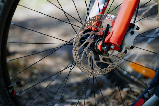 amortiguador delantero del freno de la bicicleta. marco rojo - foto de stock