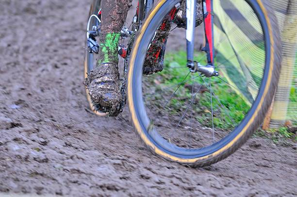 fahrradkette mit schlamm in einem rennen - cyclocross stock-fotos und bilder