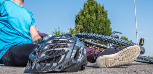 bicycle crash with men on the street - first responders zdjęcia i obrazy z banku zdjęć