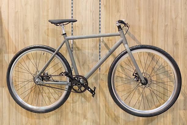 fahrrad hängen an der wand - fahrradhalter stock-fotos und bilder