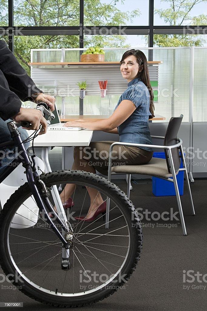 Bicicleta em um escritório foto de stock royalty-free