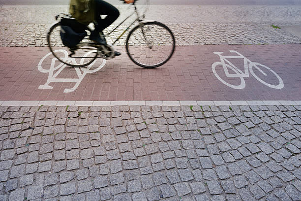fahrrad in fahrrad lane - radwege deutschland stock-fotos und bilder