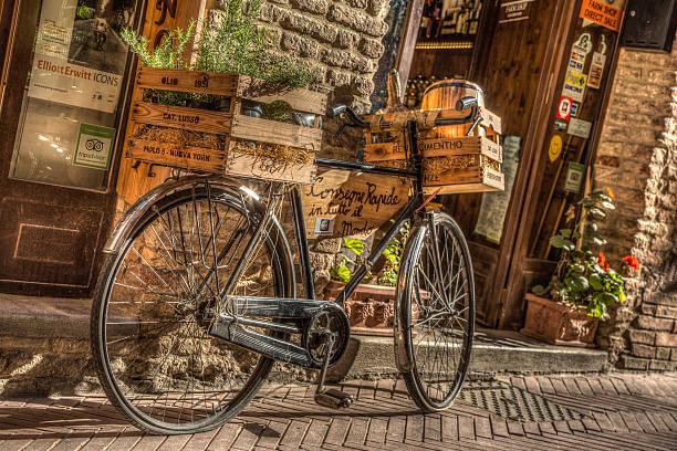 fahrrad vor einem san gimignano restaurant, italien - italienische lebensart stock-fotos und bilder