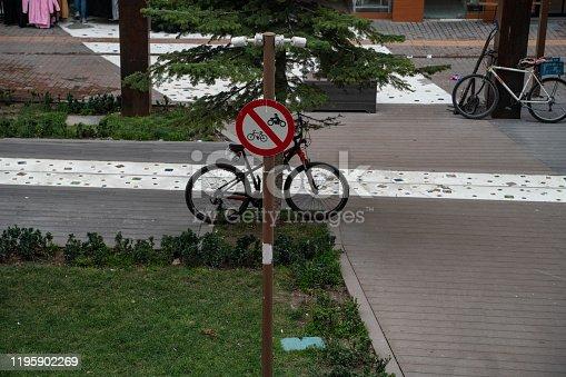 Bisiklet yolunda bisiklet giremez levhası