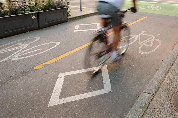 fahrradweg, der innenstadt von vancouver - fahrradwege stock-fotos und bilder