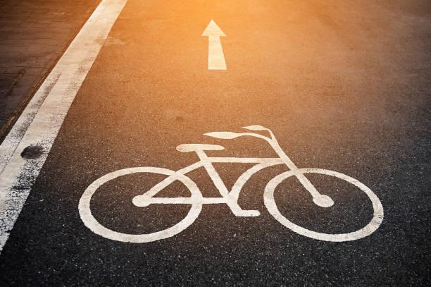 bicycle lane - fahrradwege stock-fotos und bilder