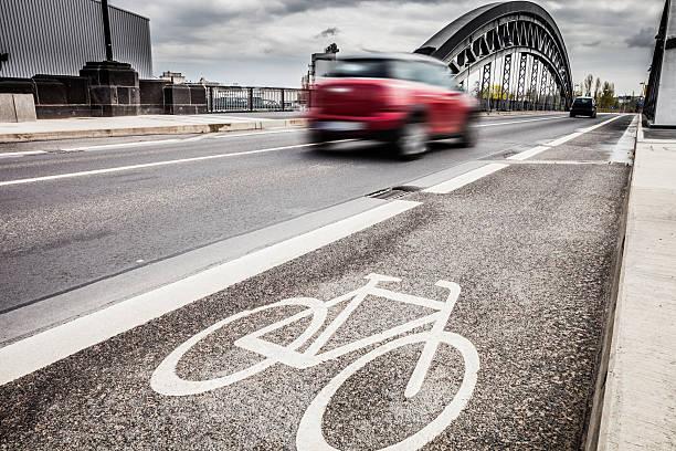fahrradweg in die innenstadt - radwege deutschland stock-fotos und bilder
