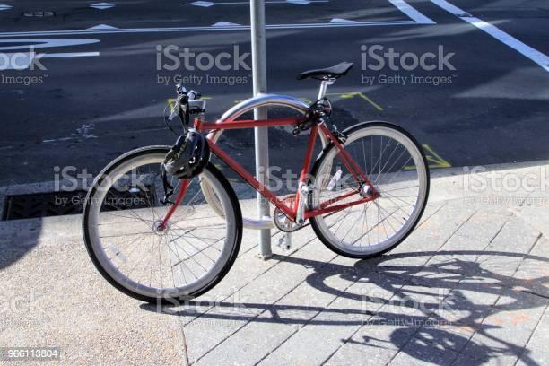 Велосипед Заблокирован На Полюсе В Пригороде Сиднея Бонди В Австралии — стоковые фотографии и другие картинки Двухколёсный велосипед