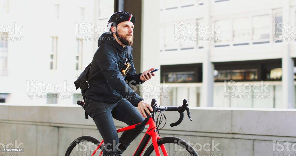 Fahrradkurier: Pendler mit Rennrad in der Stadt – Foto