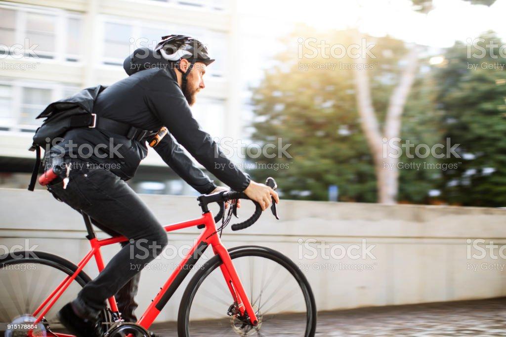 Fotografía de Mensajero De La Bicicleta Cercanías Con Bicicleta De ...