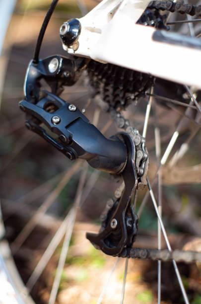 fahrrad mountainbike hinten schwarz, auf dem fahrrad vor verschwommenem hintergrund montiert - stahlrahmen rennrad stock-fotos und bilder