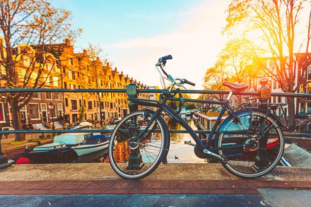 fiets op de brug in amsterdam - keizersgracht stockfoto's en -beelden