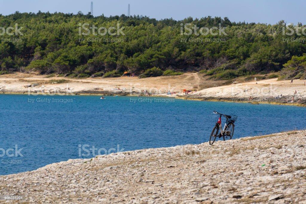 Fahrrad am steinigen Strand, Halbinsel Kamenjak, Adria, Premantura, Kroatien – Foto