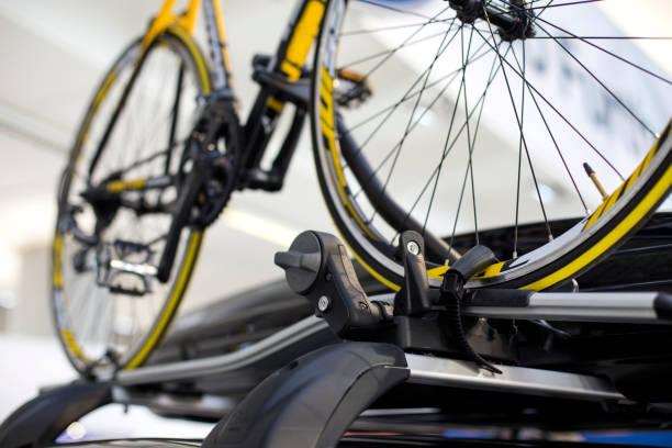 fahrrad auf dem autodach - fahrradhalter stock-fotos und bilder