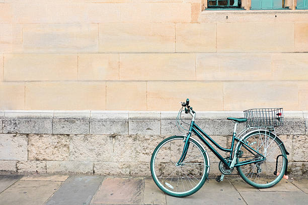 bicycle parked old brick grunge wall vintage hipster urban lifestyle. - foto de stock