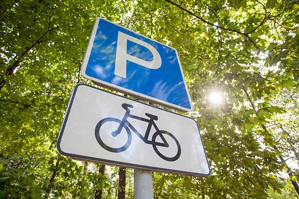 Fahrrad-Parkplatz Schild gegen Bäume – Foto