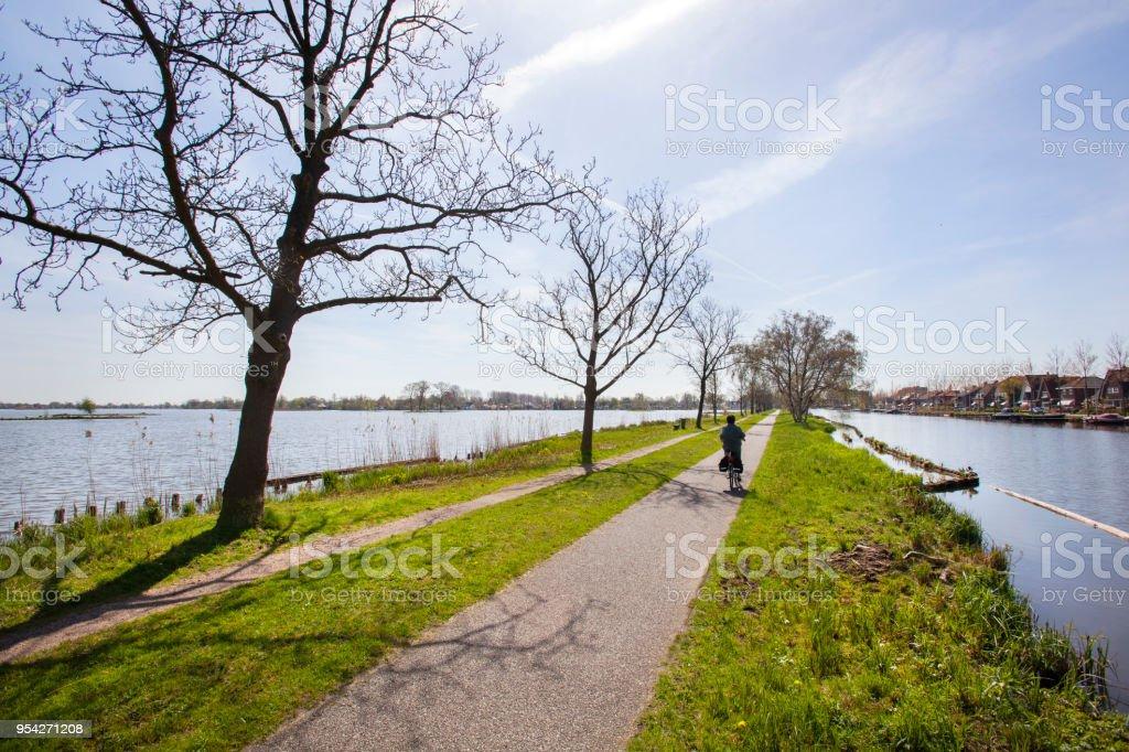 Fietspad en voetpad door water in Nederland foto