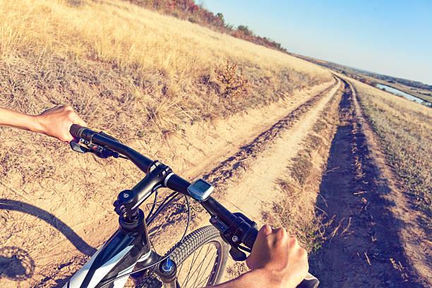Bicicleta rider manos en el manillar de una bicicleta de montaña. - foto de stock