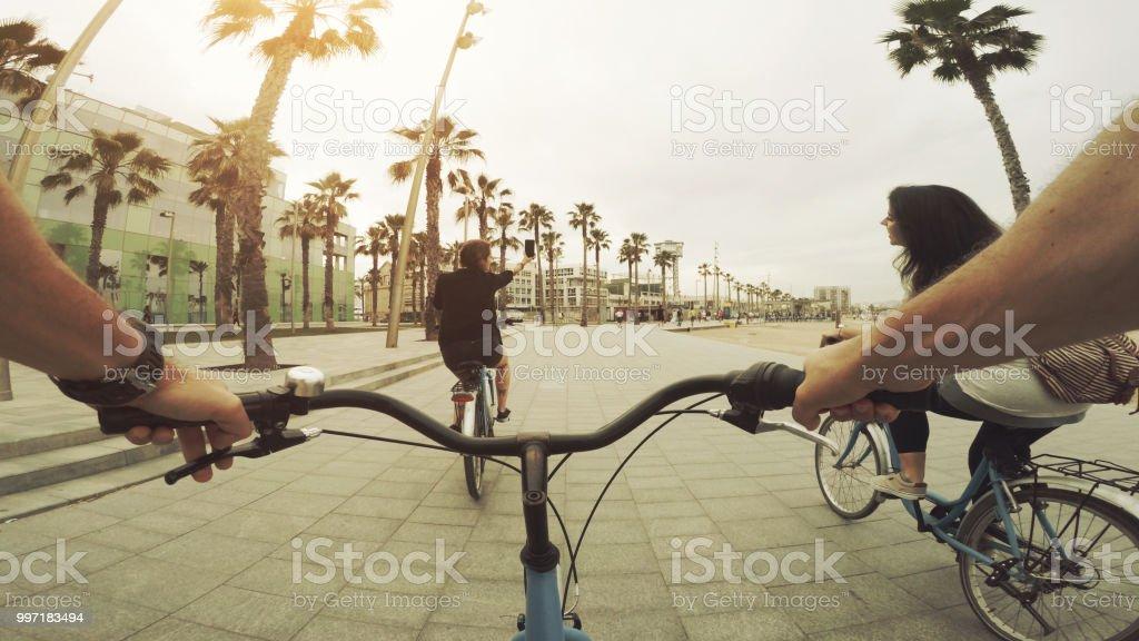 POV-Radfahren mit Freunden am Strand von Barceloneta in Barcelona, Spanien – Foto