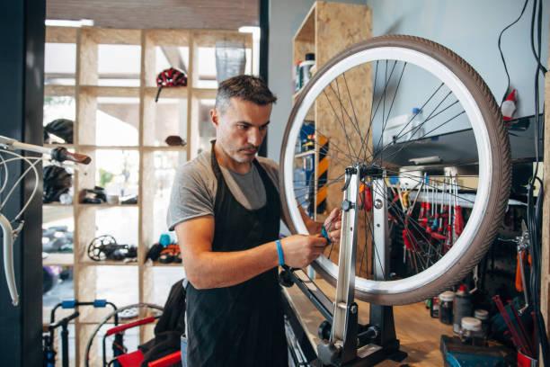 servicio de bicicletas - bastidor de la bicicleta fotografías e imágenes de stock