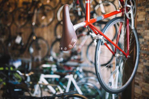 tienda de bicicletas - bastidor de la bicicleta fotografías e imágenes de stock