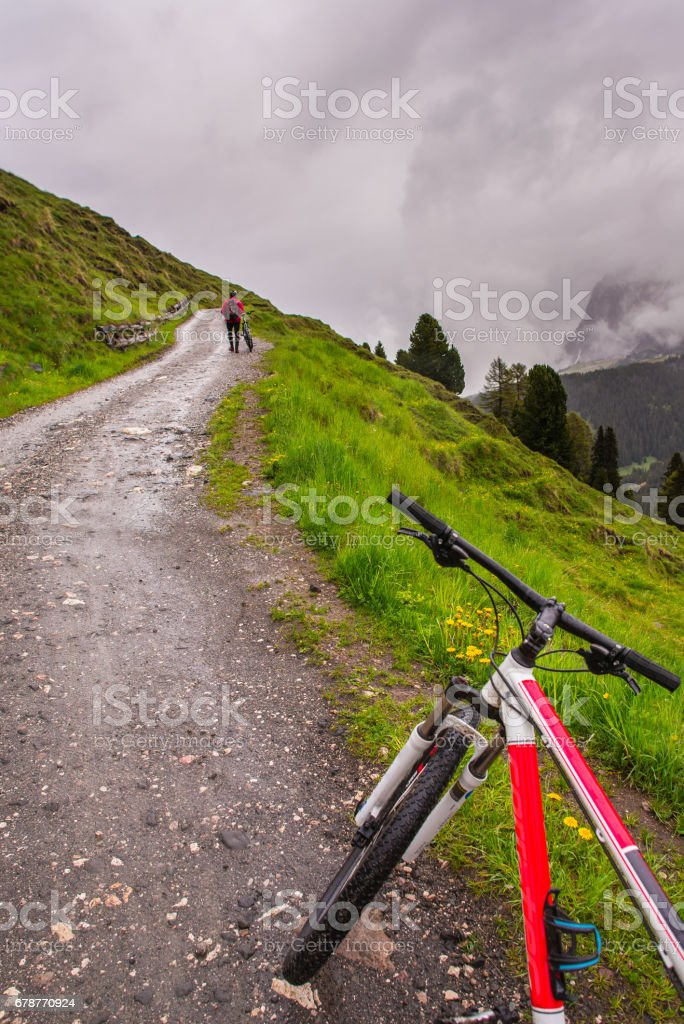 Bicycle standing on the road photo libre de droits
