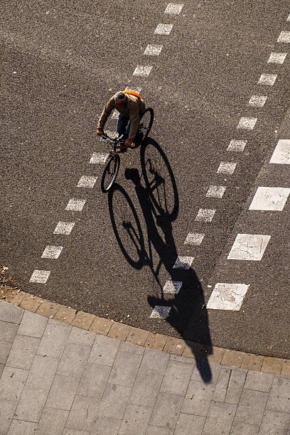 bicycle transport in barcelona - carlosanchezpereyra fotografías e imágenes de stock