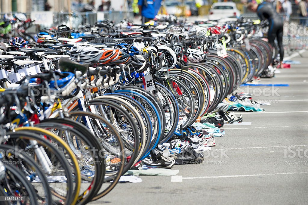 Fahrrad warten auf triathlon – Foto