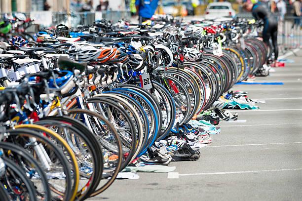 Bicicleta espera de triatlón - foto de stock