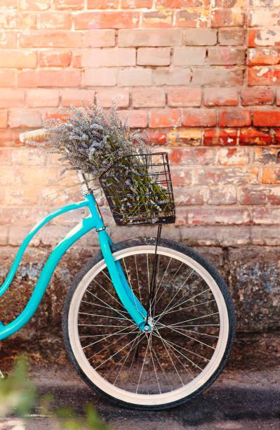 Bicicleta con ramo de flores de lavanda en la calle - foto de stock