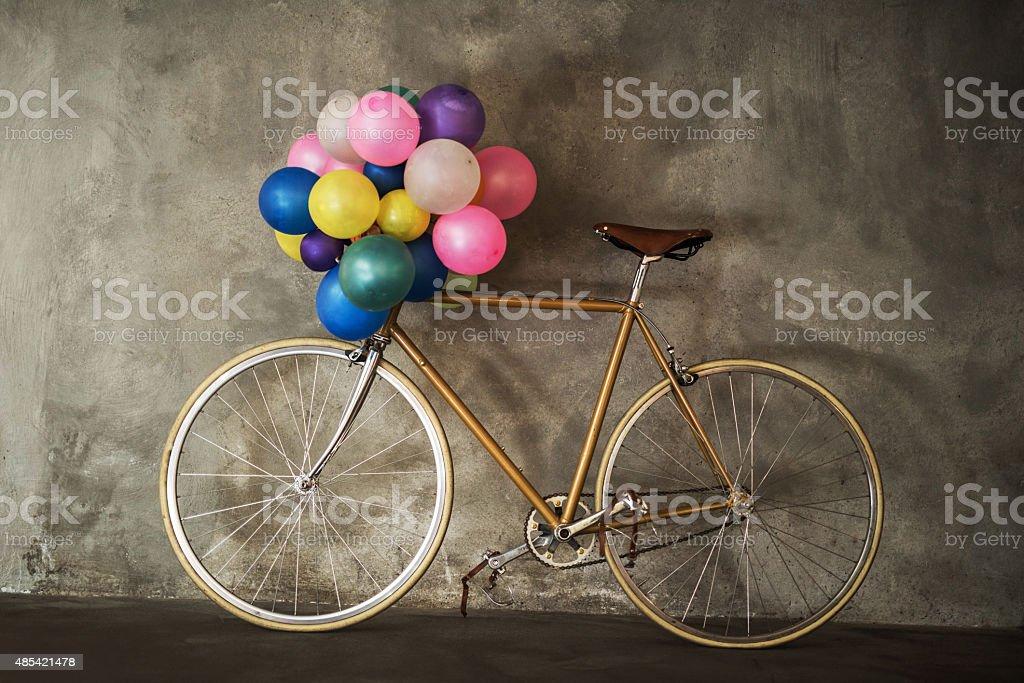 Bicicleta con ramo de coloridos globos. - foto de stock
