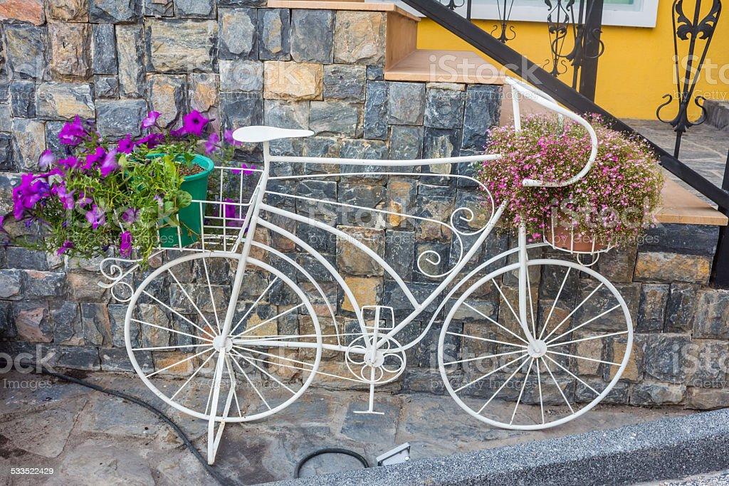 Велосипед с bunches цветов стоковое фото