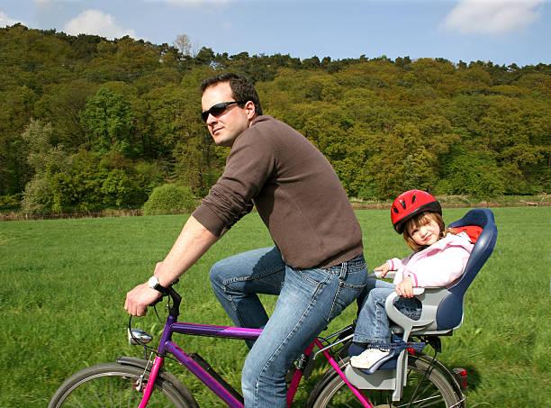 fahrrad mit vater und daugther - andreas weber stock-fotos und bilder