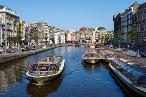 fietsen, boten en amsterdamse gracht - keizersgracht stockfoto's en -beelden