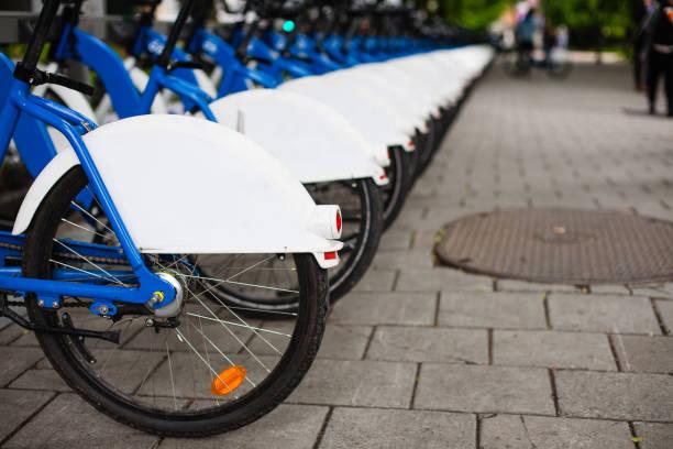 fahrräder aus norwegischen bikesharing programm bysykkel oslo norwegen - fahrradhalter stock-fotos und bilder