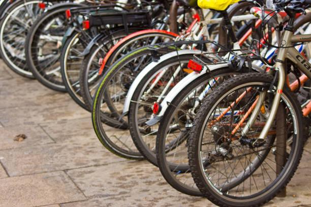 fahrräder in einem rack - fahrradhalter stock-fotos und bilder
