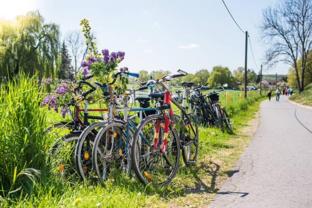 fahrräder, lehnte sich gegen einen zaun, deutschland, europa - radwege deutschland stock-fotos und bilder