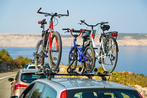 fahrräder auf fahrrad dach carrier - fahrradträger stock-fotos und bilder