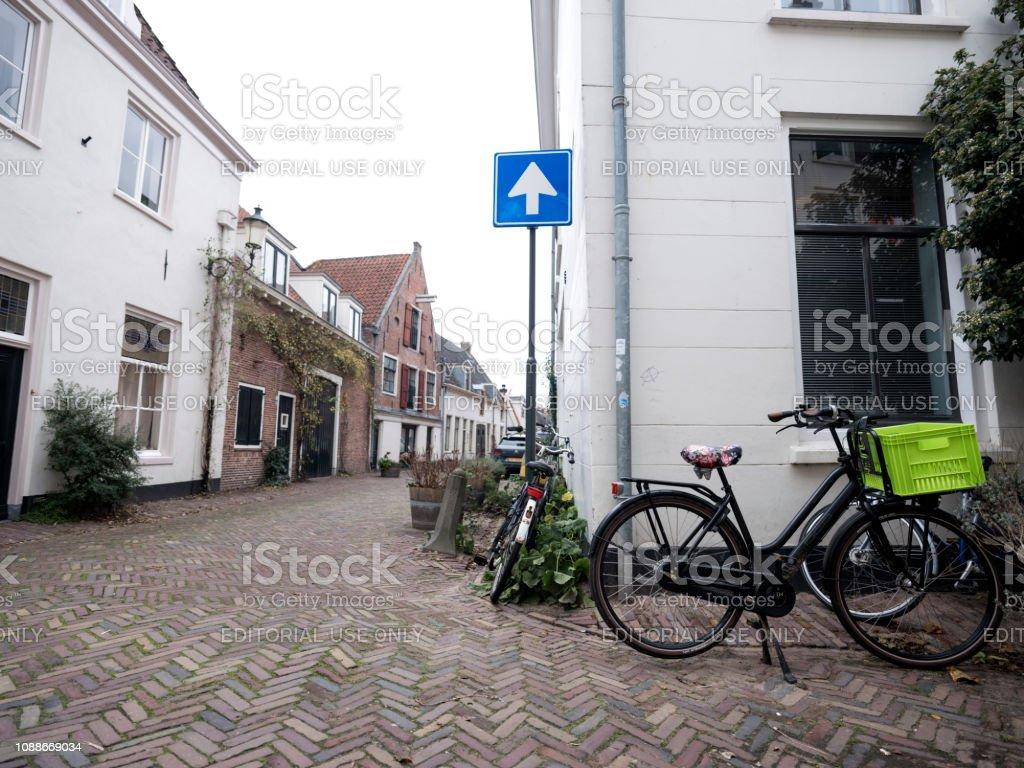 fietsen geparkeerd in smalle middeleeuwse straat in de stad amersfoort in Nederland foto
