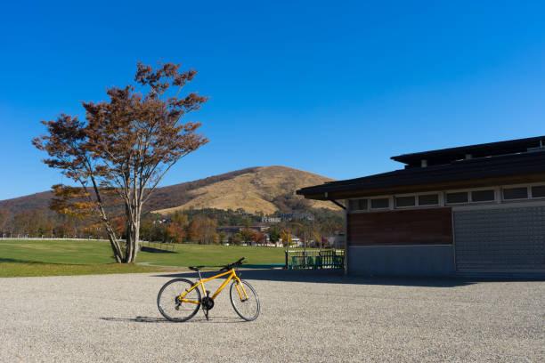 公園広場に駐車した自転車 - yamanaka lake ストックフォトと画像