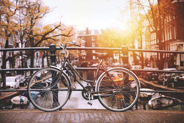 자전거 주차됨 따라 구름다리 암스테르담 - 암스테르담 뉴스 사진 이미지