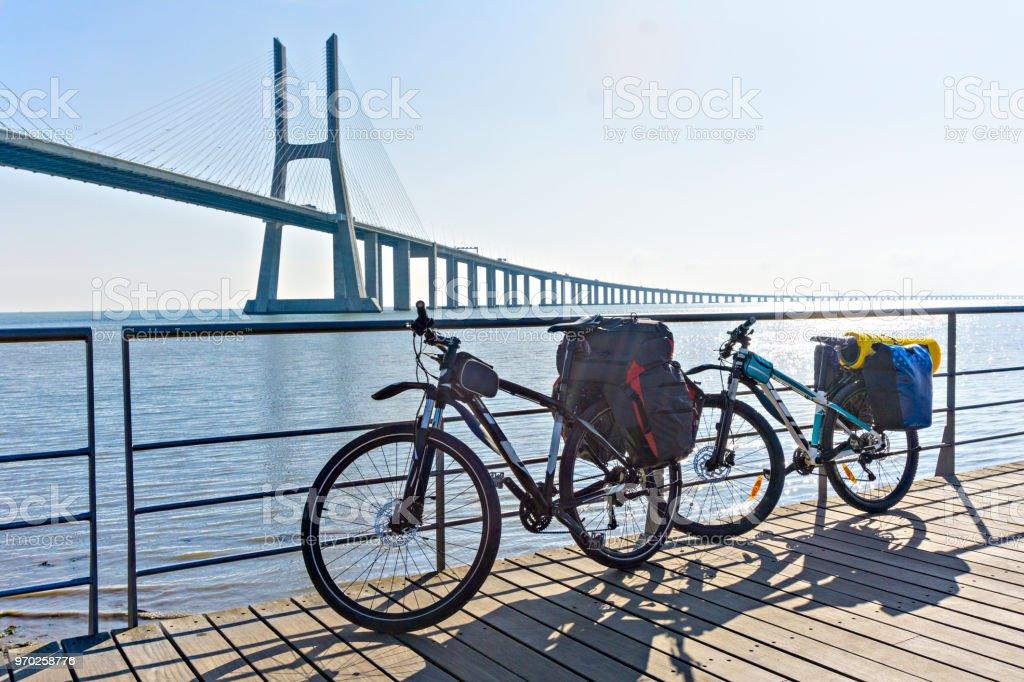 Bicicletas preparadas para el viaje. Por la mañana, el inicio del camino. - foto de stock
