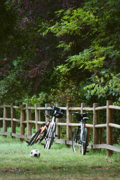 bicicletas apoyadas en una valla de madera de un sendero de montaña - foto de stock