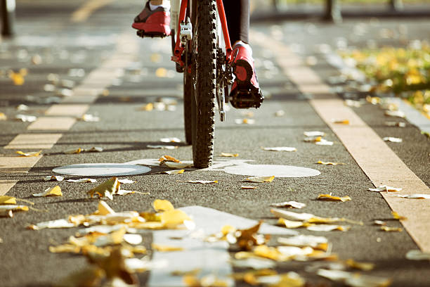 radfahren in den herbst. urban konzept. - fahrradwege stock-fotos und bilder